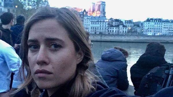Selfie moderátorky DVTV Emmy Smetany s pozadím hořící katedrály Notre-Dame, která spustila na sociálních sítích záplavu koláží - Sputnik Česká republika