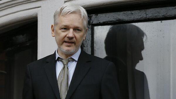Julian Assange zadržený britskou policií. Archivní foto - Sputnik Česká republika