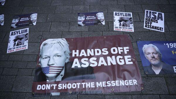 Plakát věnovaný spoluzakladateli WikiLeaks Julianu Assange v Londýně - Sputnik Česká republika
