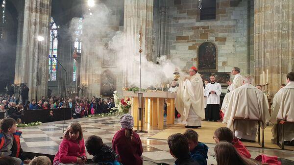Kardinál Duka, aroma a dým kadidla se šíří lodí katedrály - Sputnik Česká republika