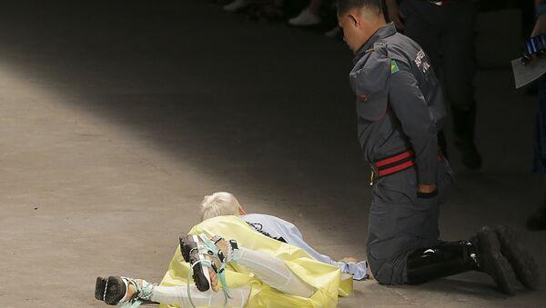 Muž spadl na módní přehlídce v Brazílii - Sputnik Česká republika