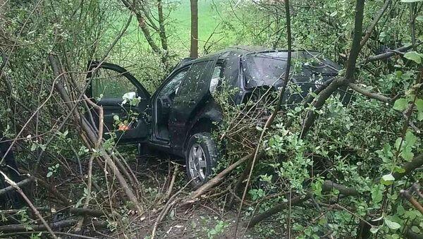 Automobil po srážce odletěl ze silnice a zaklínil se mezi stromy - Sputnik Česká republika