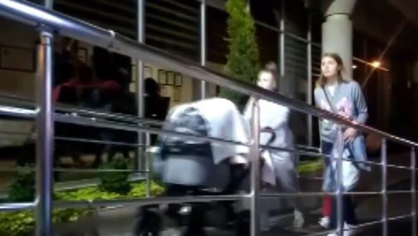 Manželka Josefa Šurala a kočárkem a dcerou spěchá do nemocnice, kam přivezly tělo českého fotbalisty (VIDEO)   - Sputnik Česká republika