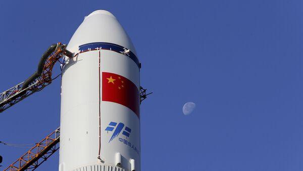 Čínská raketa Dlouhý pochod na strartovácí ploše na kosmodromu Wenchang - Sputnik Česká republika