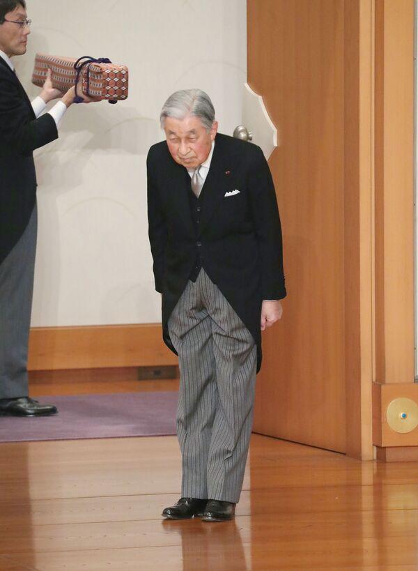 Císař Japonska Akihito se kloní na konci rituálu Taiirei-Seiden-no-gi, císařův abdikační ceremoniál, v císařském paláci v Tokiu, Japonsko, 30. dubna 2019 - Sputnik Česká republika