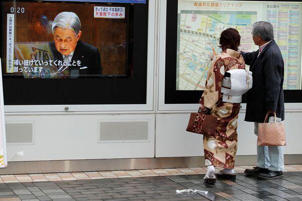 Zpráva o císaři Akihito na Tokijské ulici v Japonsku - Sputnik Česká republika