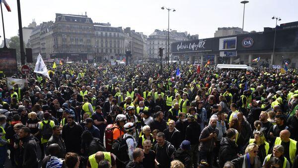 Účastníci hnutí žluté vesty na demonstraci dne 1. května v Paříži - Sputnik Česká republika