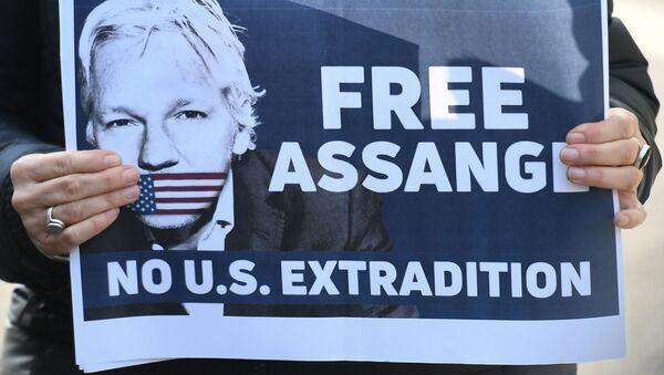 Plakát s výzvou k uvolnění zakladatele WikiLeaks Julian Assange - Sputnik Česká republika