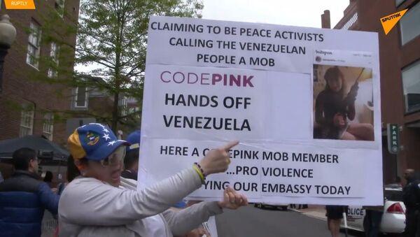V USA došlo k mnohonásobnému zatčení aktivistů protestu proti Guaidóvi kolem velvyslanectví Venezuely - Sputnik Česká republika