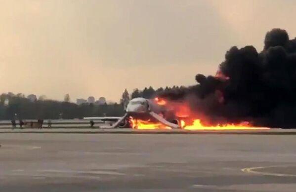 Letadlo se vrátilo během letu Moskva - Murmansk na letiště Šeremetěvo kvůli požáru na palubě. Screenshot z videa na Twitteru uživatele Norenko Mikhail. Moskva, 5. května 2019 - Sputnik Česká republika