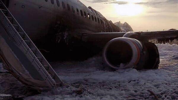Letadlo SSJ100 se vrátilo během letu Moskva - Murmansk na letiště Šeremetěvo kvůli požáru na palubě. 5. května 2019 - Sputnik Česká republika
