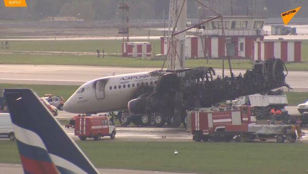 Zbytky havarovaného letounu Superjet uklidili z dráhy letiště Šeremetěvo - Sputnik Česká republika