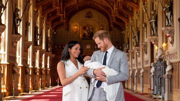 Meghan Markle a princ Harry ukázali světu jejich syna  2 - Sputnik Česká republika