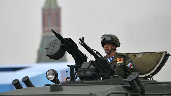 Voják v kabině obrněného automobilu Tigr-M během přehlídky vítězství v Moskvě - Sputnik Česká republika