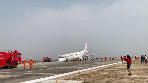 Letadlo společnosti Myanmar National Airlines, které provedlo nouzové přistání bez podvozku na letišti v Mandalay (Myanmar) - Sputnik Česká republika