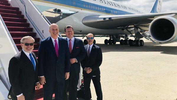 Místopředseda Evropské komise Maroš Šefčovič (třetí zleva) nastupuje do amerického letadla Air Force One - Sputnik Česká republika