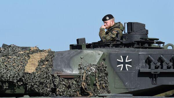Německý voják na tanku Leopard - Sputnik Česká republika