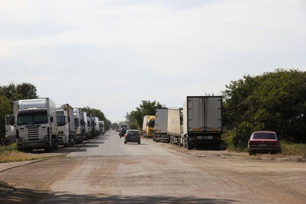 Podél silnic stojí kamiony, které se nedostaly do trajektů - Sputnik Česká republika