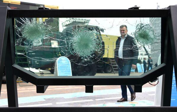 Čelní sklo bojového vozidla Kajman na mezinárodní výstavě zbraní a vojenské techniky MILEX-2019 v Minsku - Sputnik Česká republika