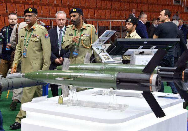 Návštěvníci mezinárodní výstavy zbraní a vojenské techniky MILEX-2019 v Minsku - Sputnik Česká republika
