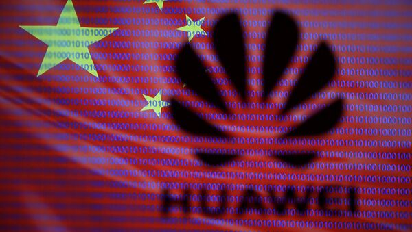 Logo společnosti Huawei na pozadí čínské vlajky - Sputnik Česká republika