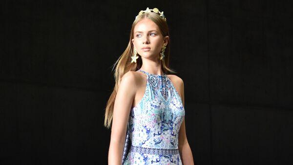 Modelka na přehlídce australské módní značky Aqua Blu během australského Týdne módy v Sydney. - Sputnik Česká republika