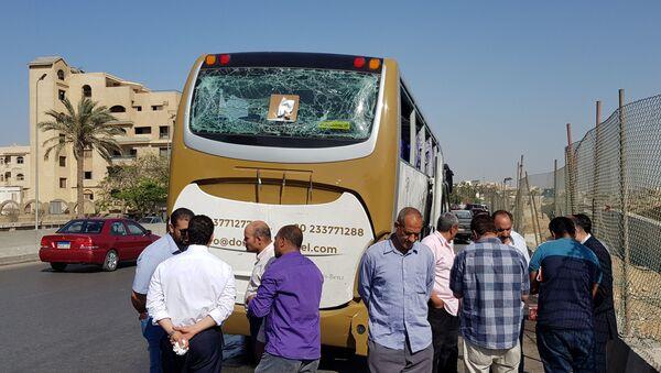 Autobus, který poškodil bombový výbuch poblíž Velkého egyptského muzea v Gíze - Sputnik Česká republika
