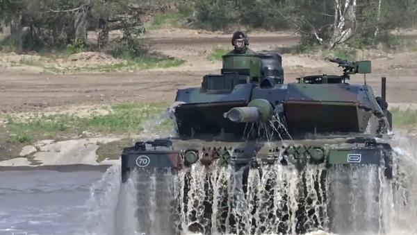 NATO Merkelové ukazuje své vojenské schopnosti. 8000 vojáků, bojové letouny, vrtulníky, tanky a obrněné vozy (VIDEO) - Sputnik Česká republika