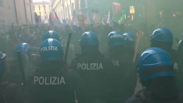 Střety účastníků antifašistického hnutí s policií v ulicích Bologny (VIDEO) - Sputnik Česká republika