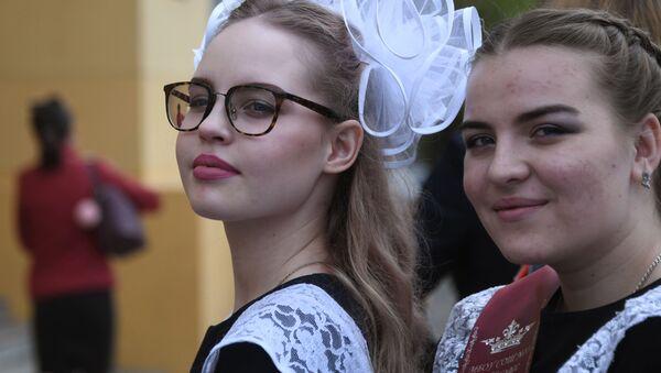 Radostný a smutný svátek: Absolventům ruských škol zazvonil poslední zvonek - Sputnik Česká republika