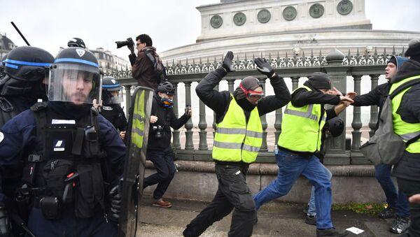 Střety demonstrantů s policií na protestní akci žlutých vest - Sputnik Česká republika